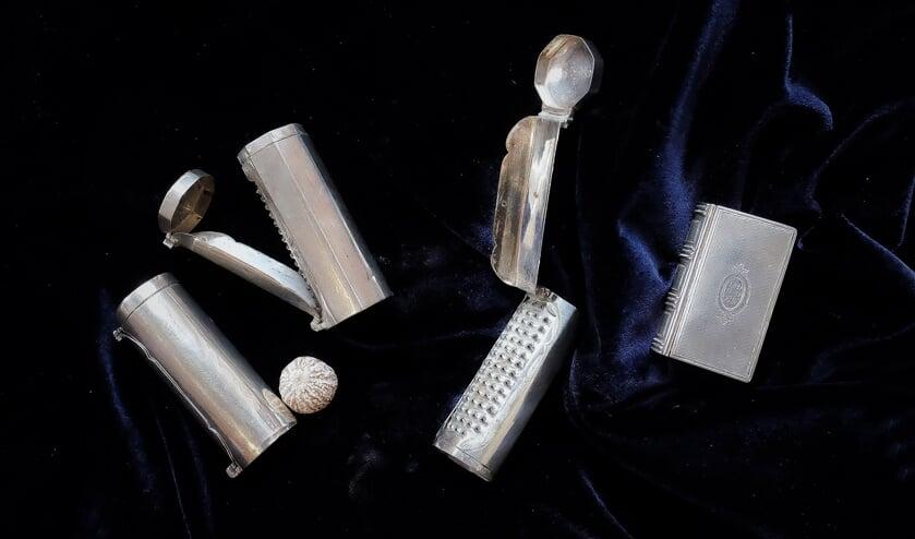 De drie nootmuskaatraspen met een nootmuskaat, afm. dicht 7,5 cm, opengeklapt 17,5 cm en het zilverendoosje. (foto: J. van de Brink)