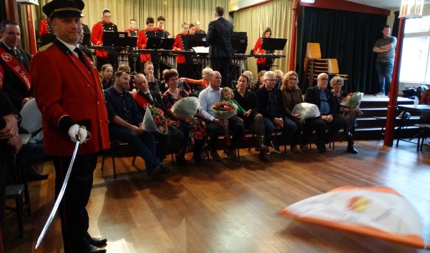 Op de voorgrond vendelcommandant Maurice Visser, met  daarnaast van links naar rechts, de aanwezige jubilarissen Bas Arns, Gerald Arns, Jeroen Visser, Rob Wentholt & Frank Boerboom met hun partners, tijdens de vendelhulde. (foto: Mario Staring)