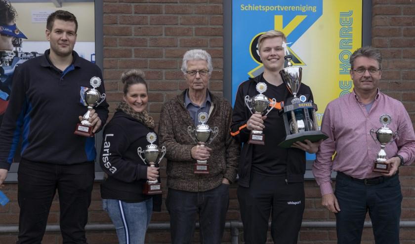Van links naar rechts: Alwin Dekker, Larissa Hövelings, Willem Sterling, Bob Linders overall winnaar Siefkes-bokaal, Con Hövelings. (foto: Frank Streng)