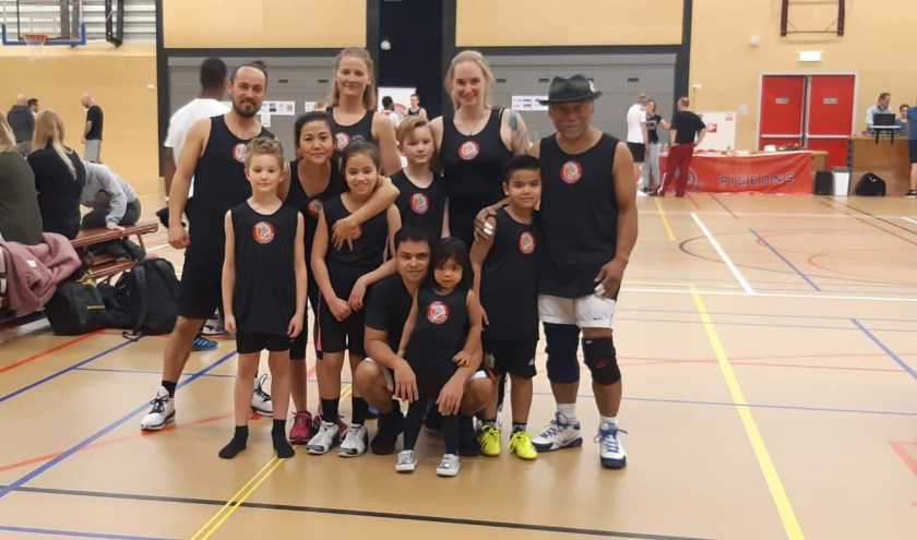 Micha, Tom, kimty, Karolina, Aliyah, Mike, Daniel met Yaella, Froukje, Misja en Louis (opa). (foto: Pigeons Basketbal)