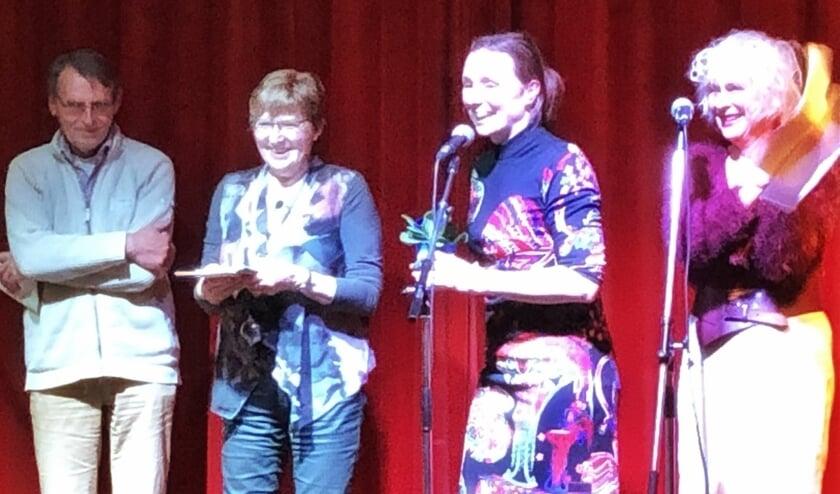 Plezier bij Blauwe Salon in Poezieweek Heumen- olv dorpsdichter Marjolein Pieks. (foto: MariannA Bakker)
