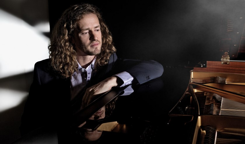 Zanger-pianist Roon Staal. (foto: Max Smolin)