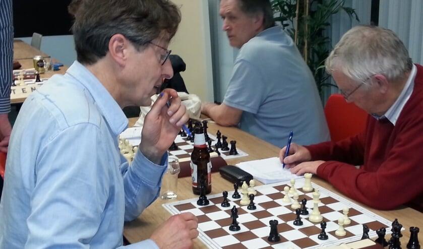 Hans van den Ende (links) probeert het nog even. (foto: N. van Diepen)