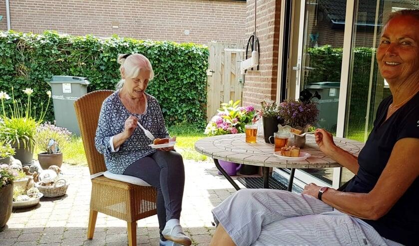 <p>Een zorgvrijwilliger op bezoek bij een dame die mantelzorg krijgt. (foto: Monique Ritzen)</p>