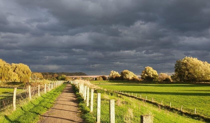 <p>Wonderlijke contrasten toen de zon aan het einde van een bewolkte dag zomaar even door brak. (foto: Jantine van Laar)</p>