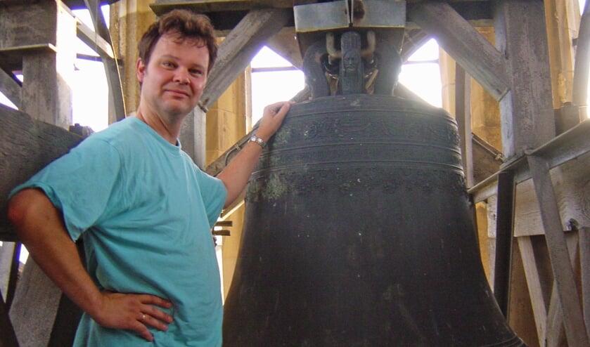 <p>Klaas de Haan naast de Paulusklok. (foto: Willy Hoorn)</p>