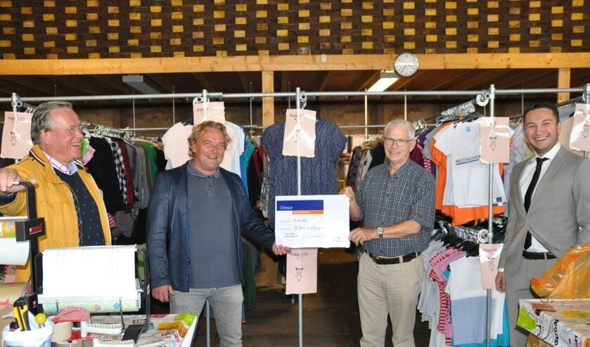 Ledenraadslid Carel Romijn (rechts) overhandigt een symbolische cheque aan voorzitter Maurice van der Ven geflankeerd door Ton Keuken (links) en Alija Ibrahimovic. (foto: Henk Bolt)