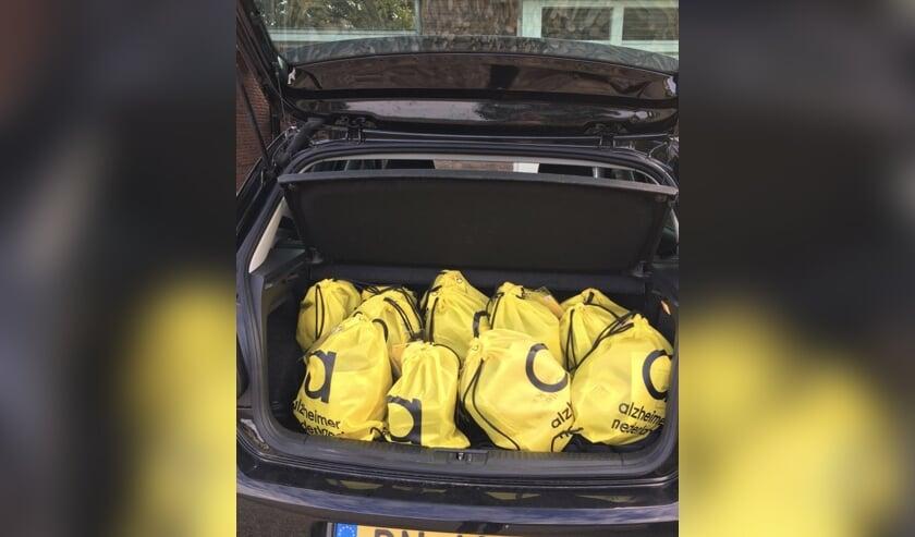 <p>Gele tasjes collecte Alzheimer in de auto. (foto: Miriam Spanjers)</p>