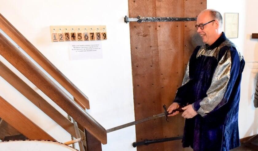 De opening werd verricht door Gerard Janssen als vrijwilliger bij de museale werkgroep. (foto: Sjaak Veldkamp)