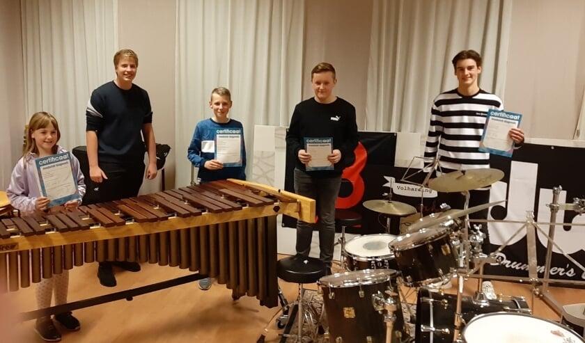 <p>Op de foto van links naar rechts: Jennifer (marimba A), Stan (Mallets B), Quint (snaredrum B), Rens (snaredrum B) en Bo (drums A). (foto: Hennie Bierman)</p>
