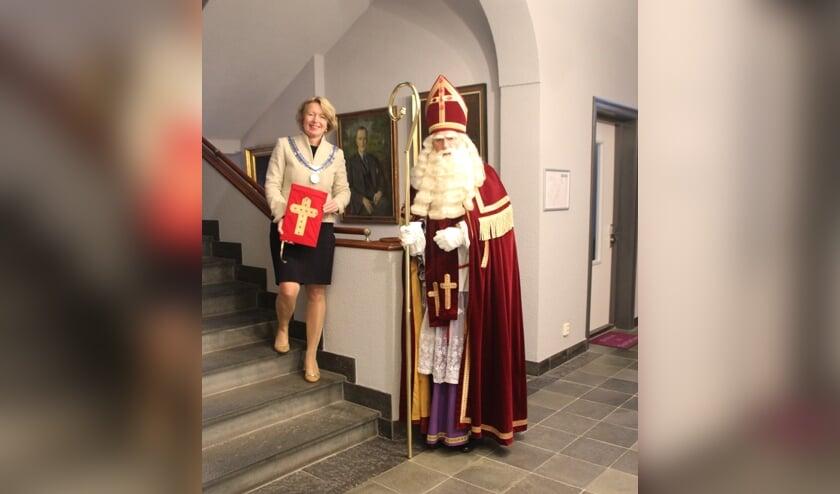 <p>Burgemeester Patricia Hoytink-Roubos van Overbetuwe ontvangt Sinterklaas in Elst. (foto: Joop Roelofs)</p>