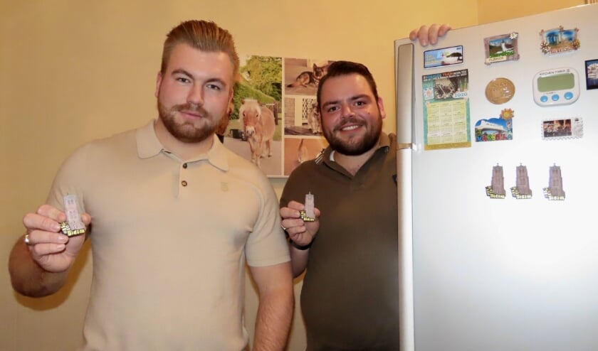 <p>Levi en Ad showen hun koelkastmagneet. &ldquo;Er gaat niets boven Didam&quot; </p>
