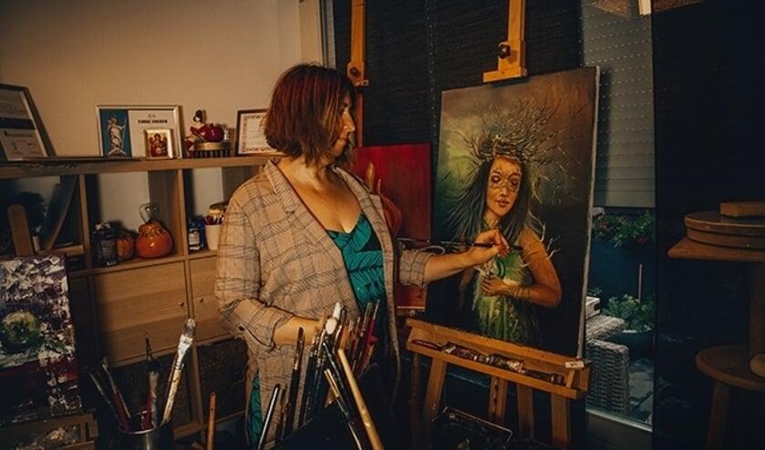 <p>Sylwia Claessen in haar atelier. (foto: Paula Mazanek)</p>