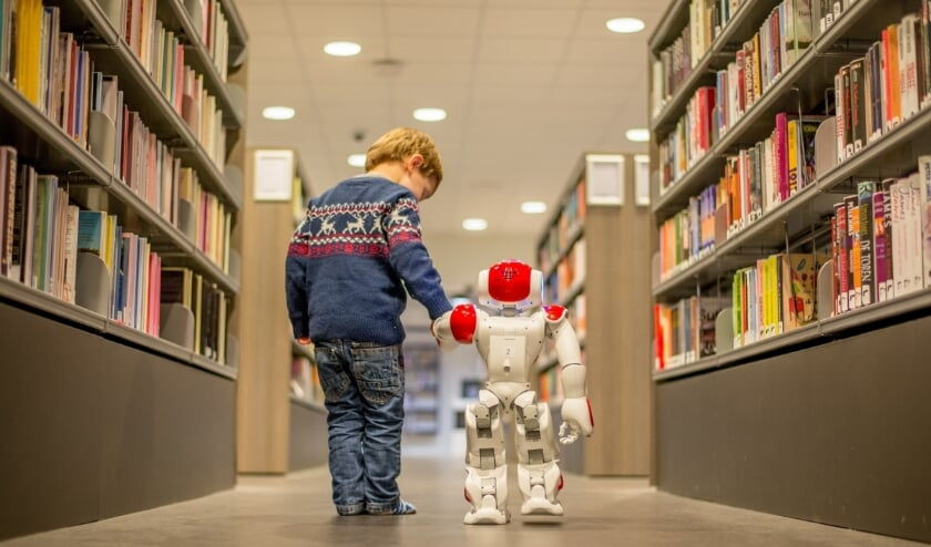 <p>Een jonge bezoeker met biebrobot Bibi. (foto: Melvin van Esbroek)</p>
