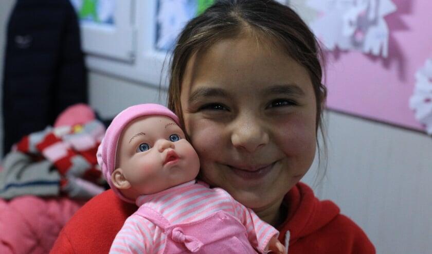 Roma meisje dat net een schoenendoos met een pop gekregen heeft