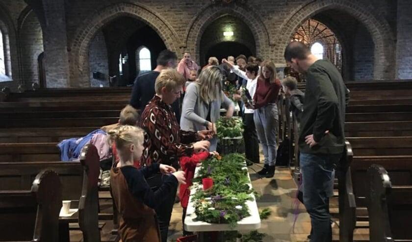 <p>Maken van adventskrans. (foto: Kerk Huissen stad)</p>