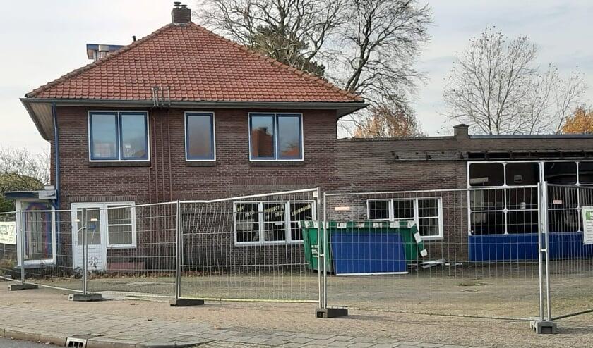 <p>Pand Dorpstraat Bemmel met hekken omringd. (foto: A. Wijers)</p>