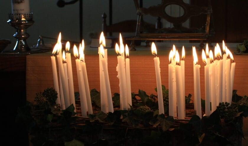 <p>Kaarsen om te gedenken. (foto: Marcel Smit)</p>