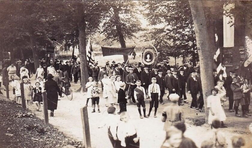 <p>Koninginnefeest 1923, optocht in de Dorpsstraat ter hoogte afslag Hoflaan. (foto: Archief G.G. Driessen)</p>