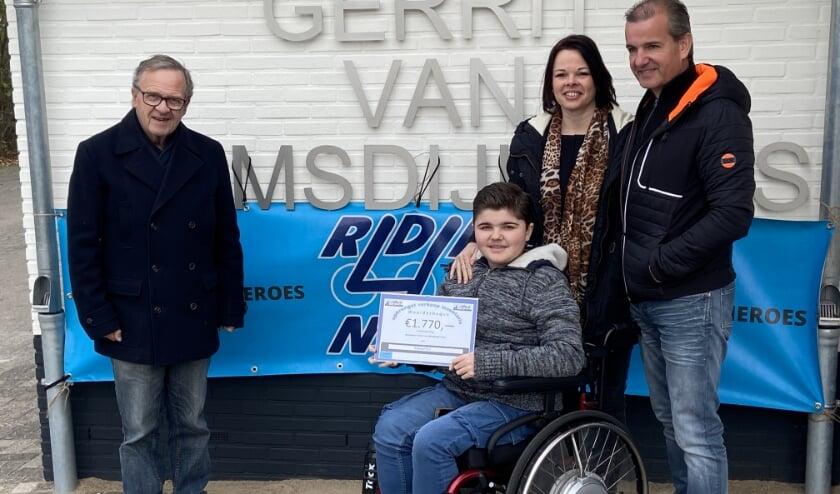 <p>Op de foto van links naar rechts: Henk Zomerdijk, voorzitter van de vereniging, Nick Kuus, Esther Zeeman en Auke Kuus. (foto: Jan Derksen)</p>