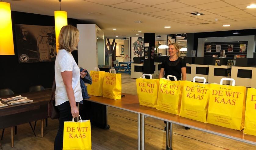 <p>Bij de Afhaalbieb kun je een verrassingspakket met boeken afhalen. (foto: Bibliotheek Gelderland Zuid)</p>