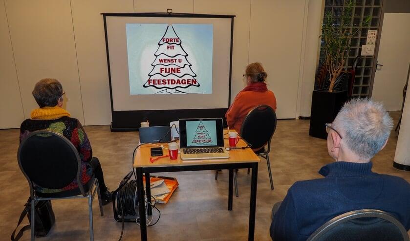 <p>De deelnemers van Fotoclub Extra hebben les in De Wieken op woensdag 2 december, uiteraard op anderhalve meter afstand. (foto: Railgoed.nl)</p>