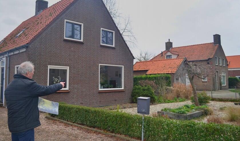 Jan Derksen kijkt uit op het huis Rijnstraat 16 waar de bom viel. (foto: Joyce Derksen)