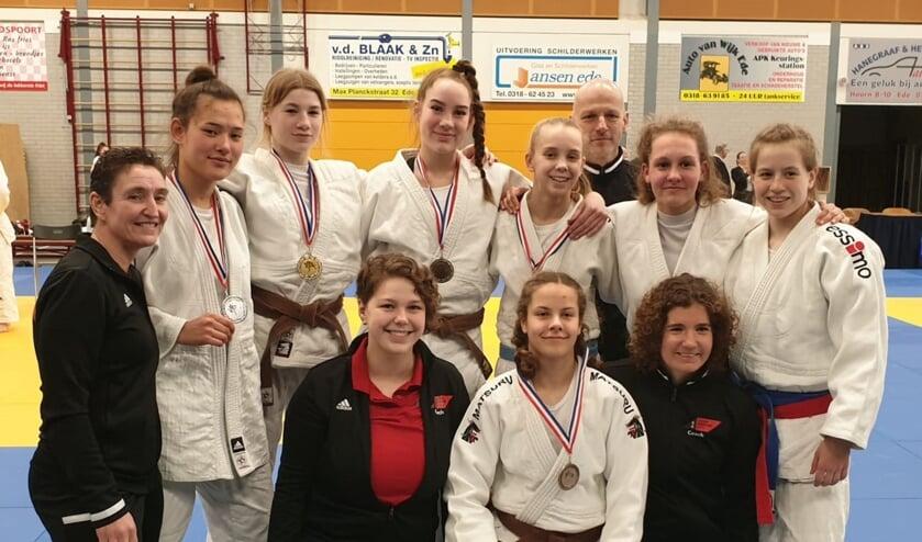 Van links naar rechts: Joyce, Naomi, Elena, Danee, Anouk, Peter, Quinty, Anne-Lynn. Onder Amber, Faye en Julia. (foto: Bushi Arnhem)