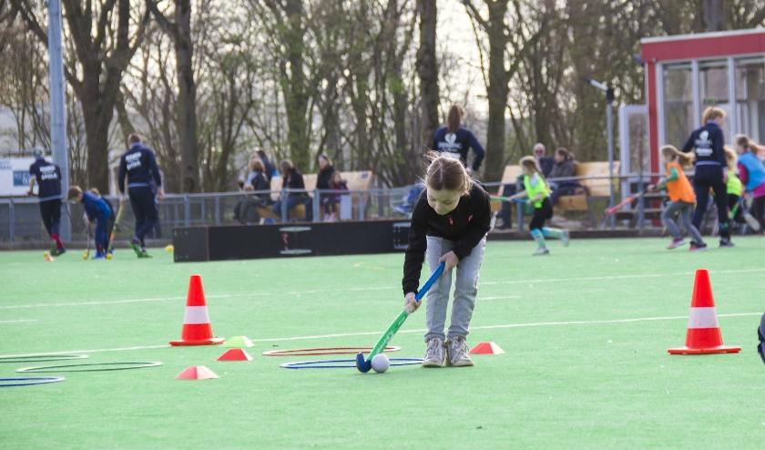 Tijdens de Tulpencursus Open Trainingen maken kinderen spelenderwijs kennis met hockey.