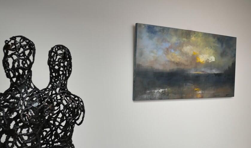 Bronzen beelden van Hetty en een schilderij van Anneke. (foto: Rein C de Jong)