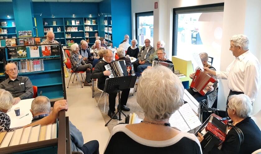 'Oldtimers' brengen vrolijke muziek. (foto: Eddie van Hattum)