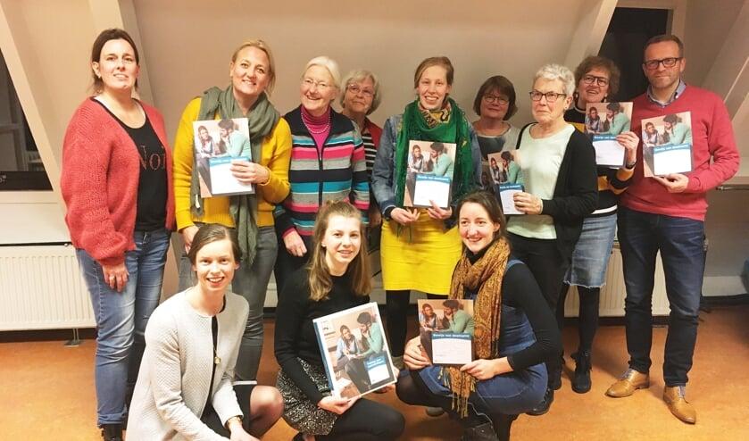 Een aantal van de cursisten met hun certificaat. Links staand: docente Eva van Leuveren. (foto: Gerda de Jong)