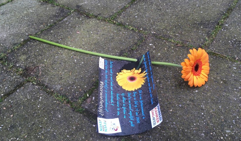 Zeven voor Leven verspreidt bloemen op wereldkankerdag. (foto: Johan Tiesnitsch)
