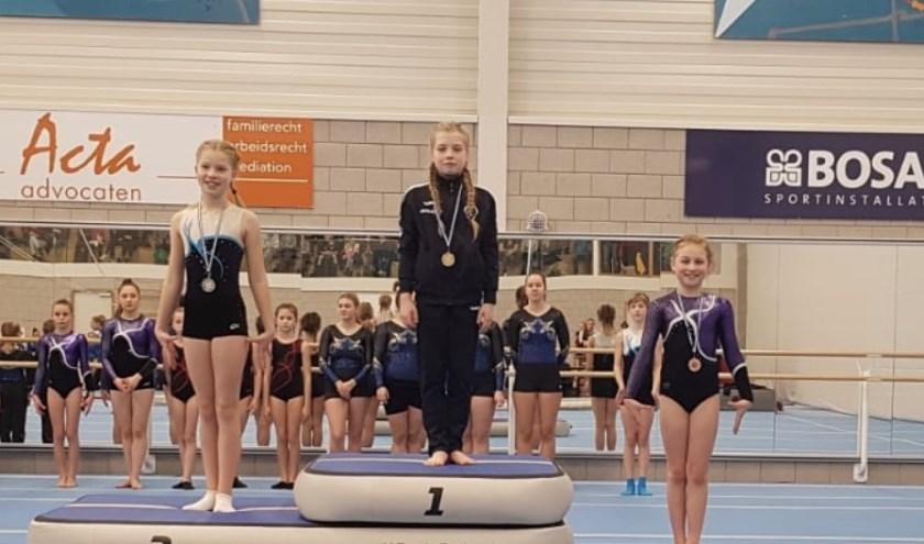 Jade op het podium met haar bronzen medaille. (eigen foto)