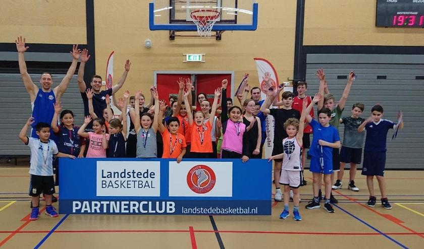 Ralf de Pagter, Luuk van Bree samen met de jeugd van basketbalvereniging Pigeons. (foto: Pigeons Basketball )