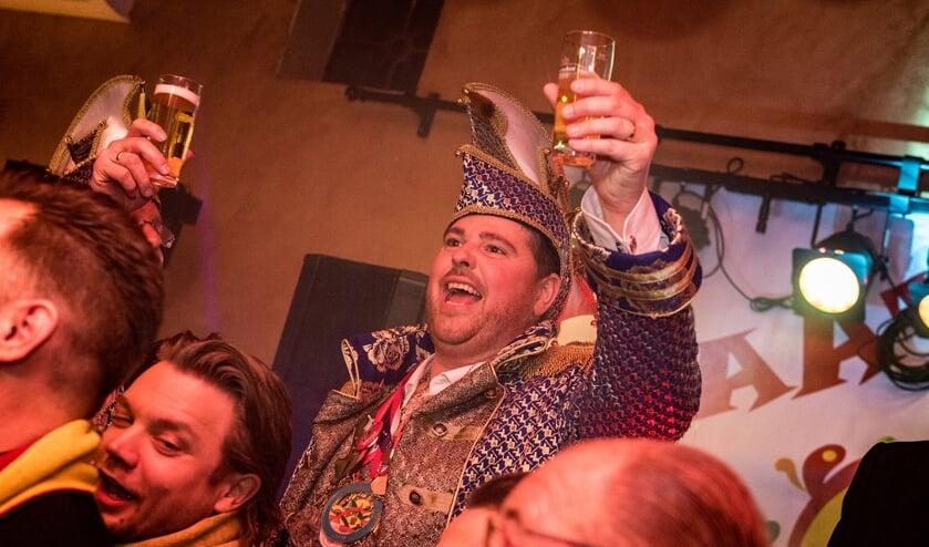 Prins Jacobus proost alvast op het aankomende Carnaval tijdens het Kleintje Carnaval wat onlangs werd gevierd. (foto: Design & Zo)