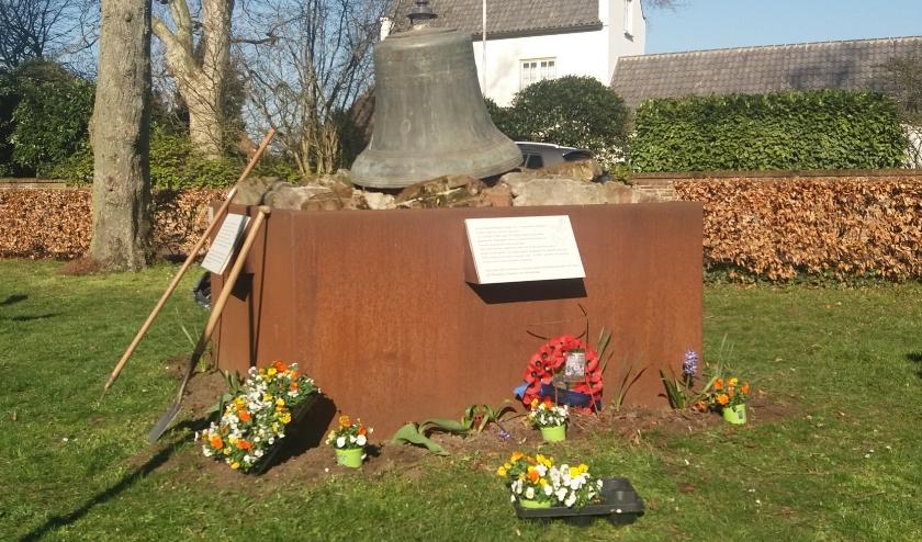 Monument krijgt fleur. (foto: Van Hemmen)