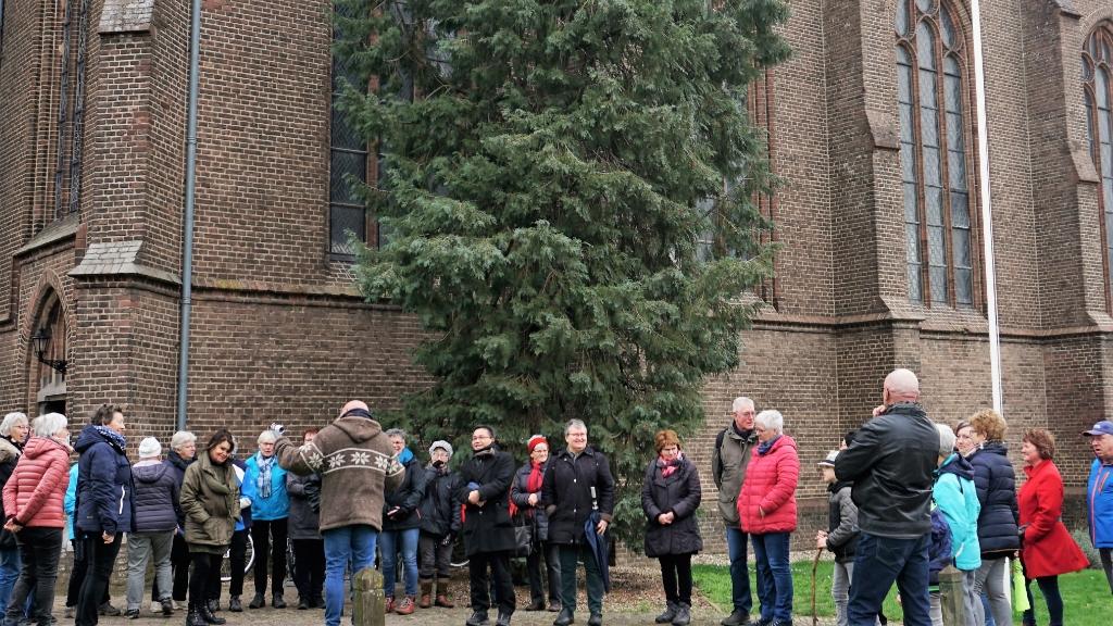 Deelnemers aan de vastenwandeltocht verzamelden zich bij de Oswaldkerk in Zeddam op 29 februari. (foto: Willy Wanders) Foto:  © Hét Gemeentenieuws
