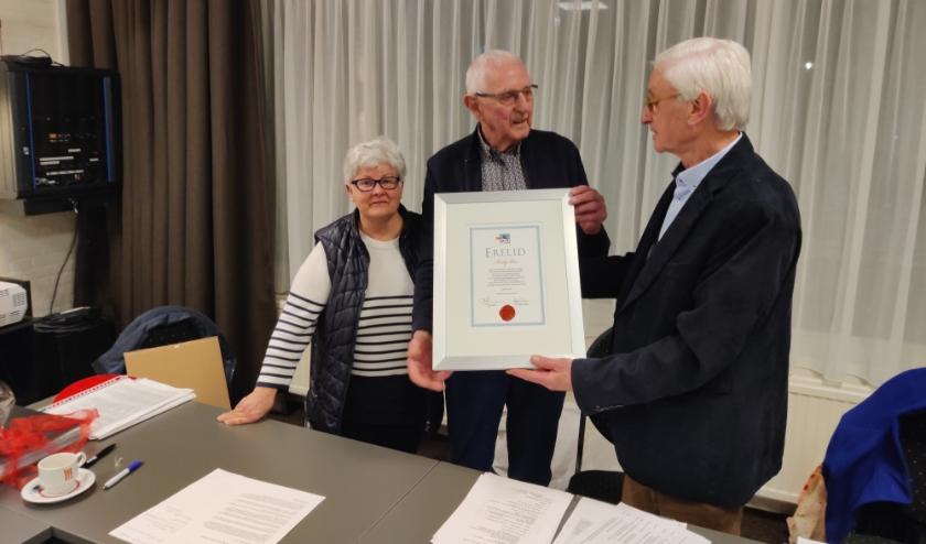 Midden: Rudy Vos. Links: penningmeester Gerda Jansen. Rechts: voorzitter Gerard Peters benoeming erelid OBHR Gendt. (foto: Arnold Hendriks)