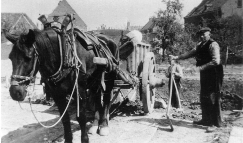 De heer Berns ruimt puin na de Tweede Wereldoorlog. (foto: HKH)