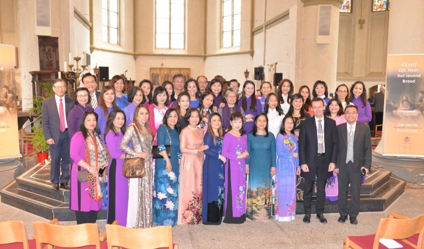 Vietnamees koor verzorgde de muzikale omlijsting tijdens het Vietnamees evenement in de Andreaskerk Zevenaar op 1 maart. Na afloop gaan koorleden op de foto met burgemeester en pastoor. (foto: Parochie Sint-Willibrordus)
