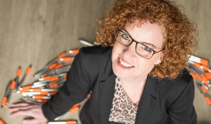 Sonja tussen de bedrukte pennen (foto: Annelies de Bruin fotografie)