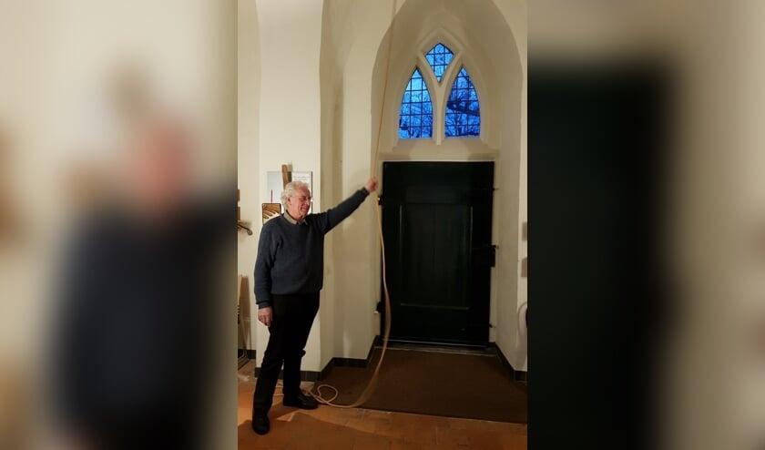 Koster Henk van den Heuvel luidde op woensdagavond 18 maart de klok van de Joriskerk in Heumen. (foto: Protestantse Gemeente Heumen)