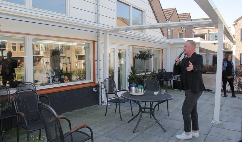 Arno Kolenbrander zingt voor het Gasthuis. (foto: Peter Hendriks)