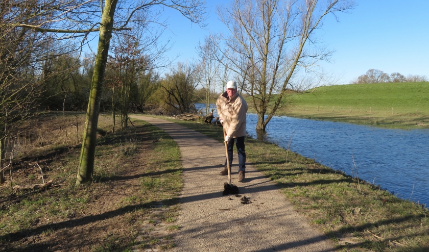 Jan Rutten aan het werk in de polder. (foto: Henny Campschroer)