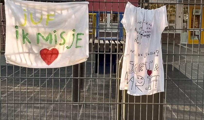 T-shirts op het hek van de Van Lingenschool in Zetten. (foto: Bendiks Westerink)