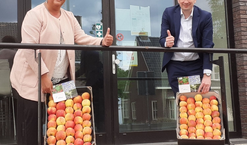 De wethouders Herma van Dijkhuizen en Marien Klein van Neder-Betuwe. (foto: Gemeente Neder-Betuwe)