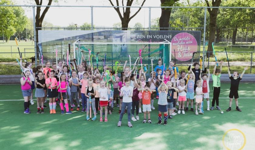 In een stralend zonnetje genoten maar liefst 50 meisjes en jongens van hun eerste kennismaking met hockey.