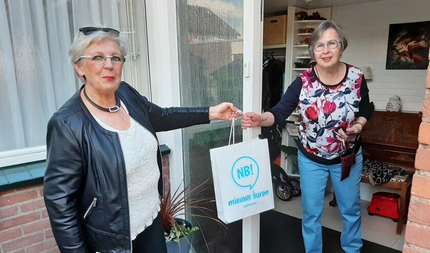Vrijwilliger Marian Drent verrast Jolly Lunenburg. (foto: Eddie van Hattum)