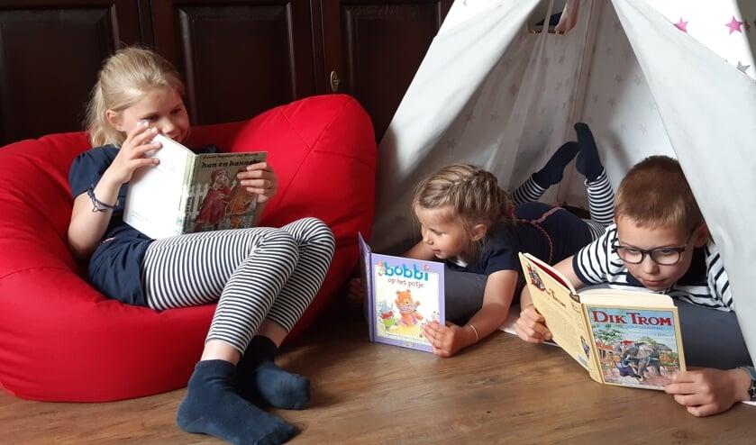 Drie lezende kinderen. (foto: Familie Hol)